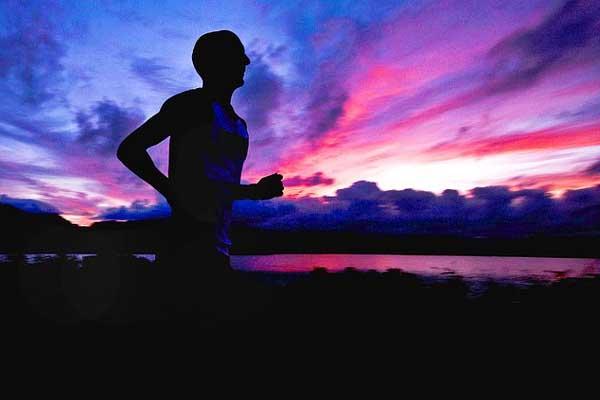 Jogger beim Jogging bei Sonnenuntergang