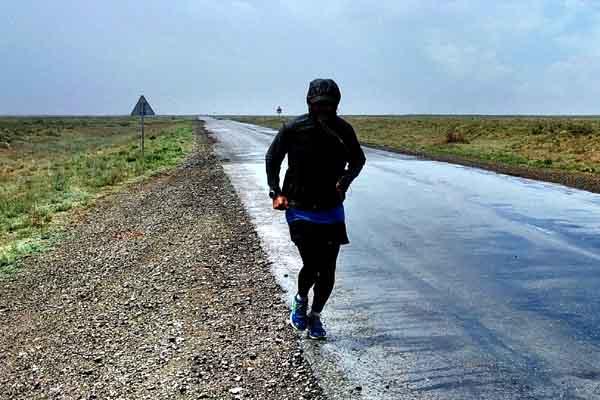 Läufer in Wind- und Regenjacke