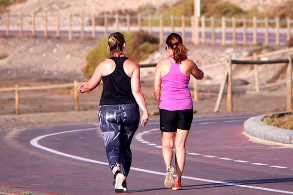 Zwei Frauen beim Outdoor Walking