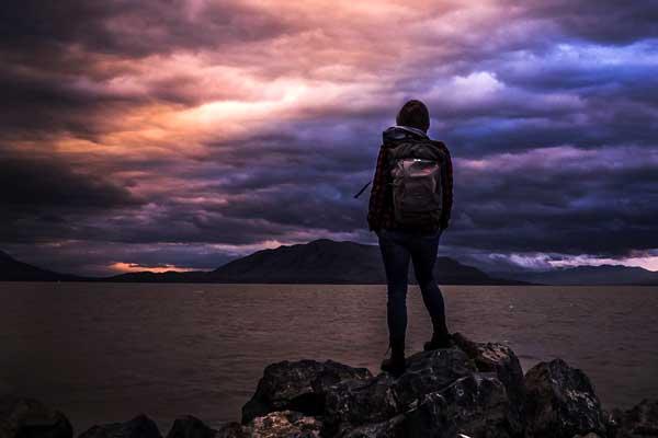 Wanderer genießt den Sonnenuntergang